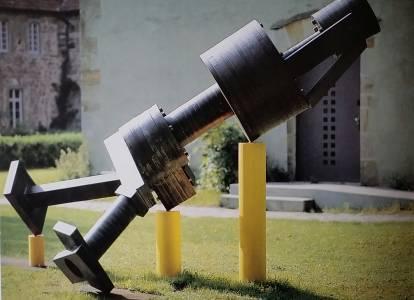"""Die Installation """"Was machst Du hier?"""" besteht aus mehreren Teilen. Die auf gelben Säulen ruhende Konstruktion, die Quelle des Klangs, sah 1998 so in Rheine aus. (Foto: Wolfgang Türk)"""