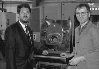 """Prof. Dr. Ulrich Rinker (l.) und der Beckumer Drehermeister Günter Wisotzky präsentieren das """"Multiflexible Spannsystem für die Rundumbearbeitung von Werkstücken in einer Aufspannung"""". Dafür wurden sie 2001 mit dem Seifriz-Preis ausgezeichnet."""