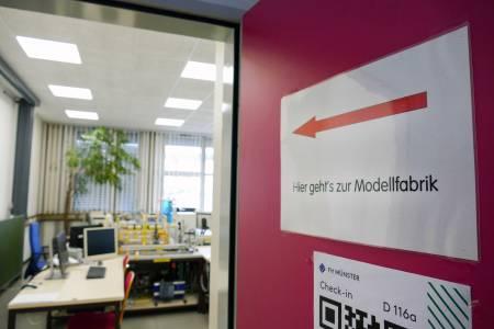 Hier entlang: Die Modellfabrik ist seit vielen Jahren ein Aushängeschild des Fachbereichs Elektrotechnik und Informatik. (Foto: FH Münster/Jana Schiller)