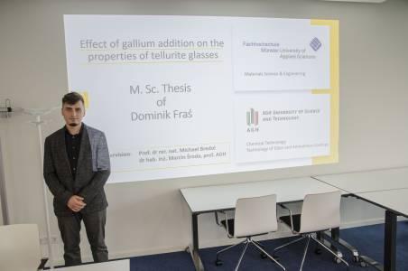 Dominik Fraś hat im September 2020 als erster Studierender den interdisziplinären Studiengang Materials Science and Engineering bei uns abgeschlossen. Er profitierte von der Partnerschaft des Fachbereichs mit polnischen Universitäten. (Foto: FH Münster/Frederik Tebbe)