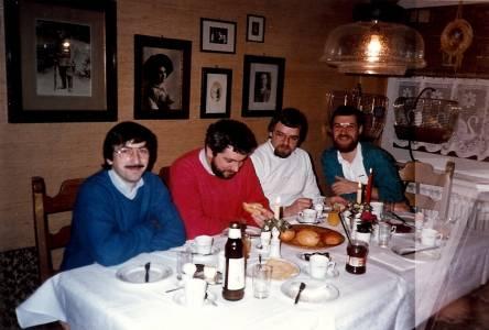Feierten im November 1986 den 40. Geburtstag von Dieter Dudek (v.l.): Wolfgang Göbel, Peter Furchert, Josef Lindenbaum, Dieter Dudek. © privat