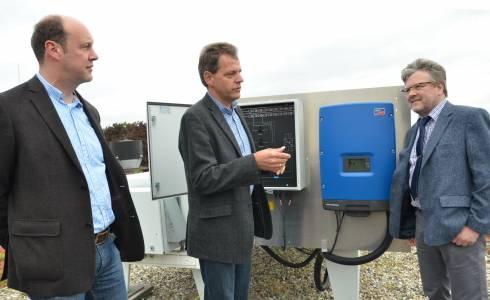 Gelungene Sanierung: 2015 weihte Prof. Dr. Konrad Mertens (Mitte) gemeinsam mit Dekan Prof. Dr. Reinhart Job (r.) und Hendrik Kösters, wissenschaftlicher Mitarbeiter, die neue Photovoltaikanlage ein. (Foto: FH Münster/Pressestelle)