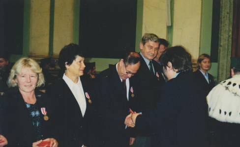Prof. Dr. Horst Altenburg bei einer Urkundenüberreichung durch den Rektor der Berg- und Hüttenakademie im Jahr 2001.