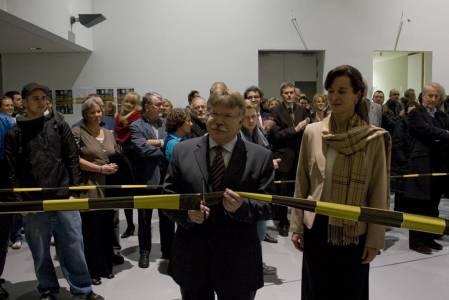 Staatssekretär Dr. Michael Stückradt durchschneidet am 27. November 2009 das Band.