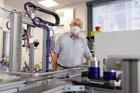 Prof. Dr. Rainer Schmidt plante und baute Ende der 1990er-Jahre die erste Modellfabrik. (Foto: FH Münster/Jana Schiller)
