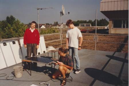 Wolfgang Göbel (l.), ehemaliger Elektroingenieur im Labor für elektrische Maschinen und Leistungselektronik, installierte die Solarmodule gemeinsam mit Elektriker Manfred Meinert (Mitte) und einem Schülerpraktikanten. (Foto: privat)