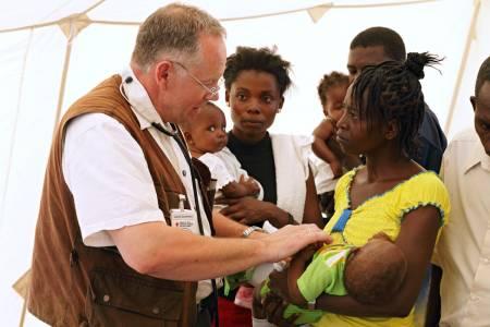 Auch im Jahr 2010 leistete der gelernte Kinderarzt Prof. Dr. Joachim Gardemann Nothilfe für Kinder und Familien. Ein besonders schweres Erdbeben erschütterte damals Haiti. (Foto: DRK Stefan Trappe)