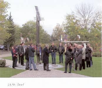 Im Oktober 2001 wird die Friedensuhr auf unserem Steinfurter Campus feierlich eingeweiht. (Foto: Wolfgang Göbel)