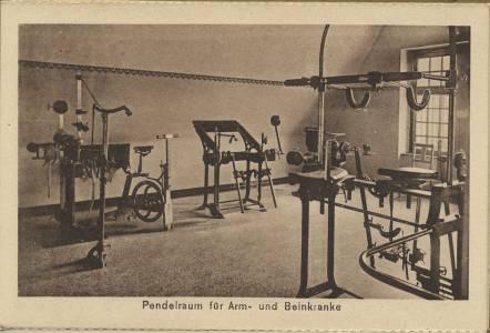 Sportgeräte in einem Raum - 1930er Jahre