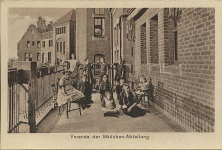 Veranda der Mädchenabteilung in den 1930er Jahren