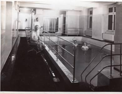 Medizinisches Schwimmen in der Hüfferstiftung in der Zeit um 1930 bis 1935. (Foto: Stadtarchiv Münster)