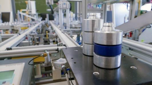 In der Modellfabrik – früher wie heute – werden unterschiedlich hohe Metallzylinder zu verschiedenen Endprodukten zusammengesetzt. (Foto: FH Münster/Anna Gillert)