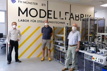 Prof. Dr. Falk Salewski (l.) und Laboringenieur Hendrik Kösters (Mitte) übernahmen die alte Modellfabrik von Prof. Dr. Rainer Schmidt, der 2015 in den Ruhestand ging. Bei einem Rundgang im Labor präsentierten sie ihm die neue Anlage, die ab diesem Wintersemester im Einsatz ist. (Foto: FH Münster/Jana Schiller)