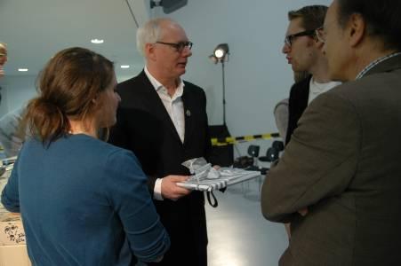 Prof. Quass von Deyen im Gespräch mit Studierenden.