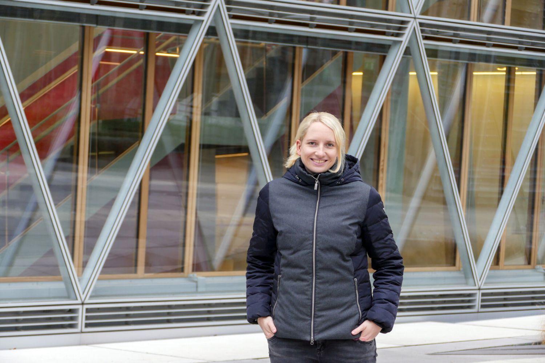Lisa Schwering studierte Informatik dual an der FH Münster und der LVM Versicherung, wo sie heute unter anderem als Softwarearchitektin tätig ist. (Foto: FH Münster/Jana Schiller)