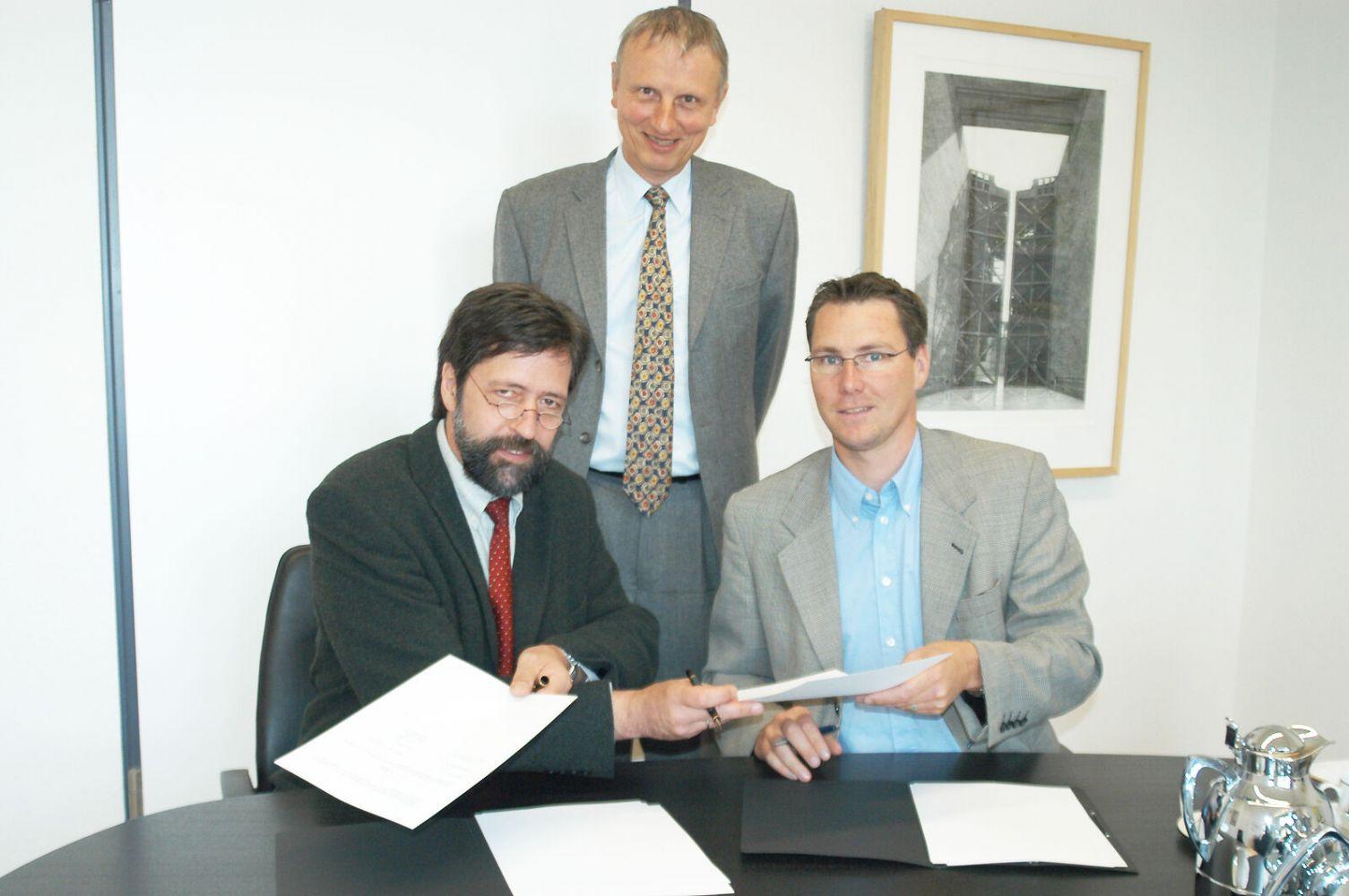 Der damalige Rektor unserer Hochschule, Prof. Dr.-Ing. Klaus Niederdrenk (l.), Prof. Dr.- Ing. Uvo Hölscher und Dipl.-Ing. Torsten Gruchmann (r).) unterzeichneten im Mai 2003 einen Kooperationsvertrag zwischen Hochschule und Use-Lab. (Foto: FH Münster/Pressestelle)