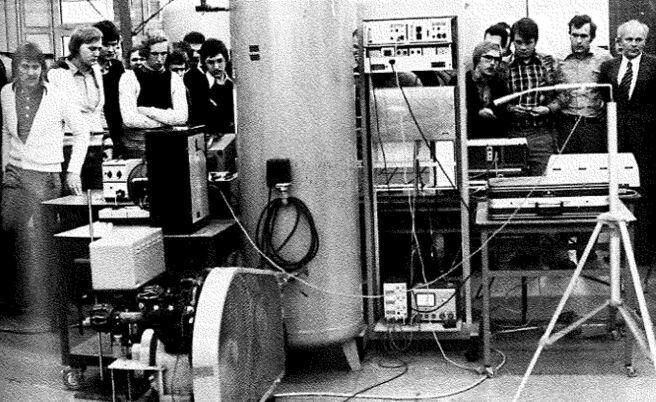 16.Dezember 1976: Übergabe der computergesteuerten Mehrfachmessstellenanlage vom Fachbereich Elektrotechnik an den Fachbereich Maschinenbau im Maschinenlabor der Abteilung Steinfurt. Eine Projektgruppe beider Fachbereiche hat die Anlage innerhalb eines Jahres geplant und verwirklicht.