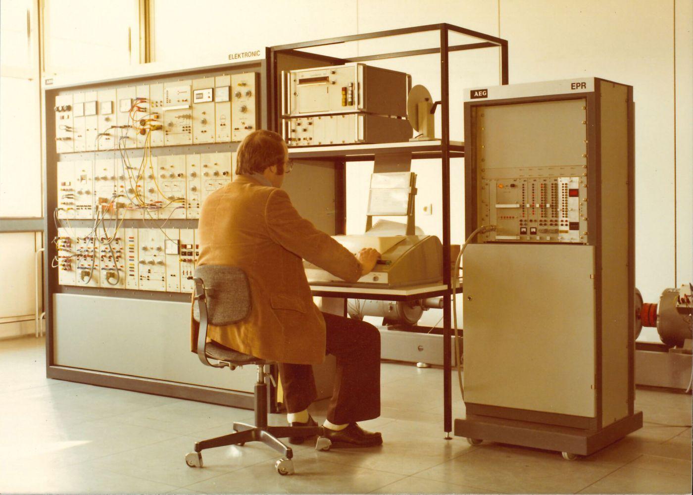 1977: Kurz nach den Anfängen unserer Hochschule sah es im Labor für Regelungstechnik und Prozesslenkung so aus. (Foto: Kiepker-Balzer)