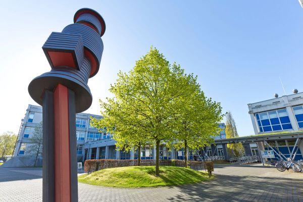 So kennen wir unseren Campus: Die Skulptur ist ein markanter Punkt. (Foto: FH Münster/Ralf Emmerich)