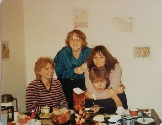 Vier Frauen auf einer Feier in den 1970er Jahren.