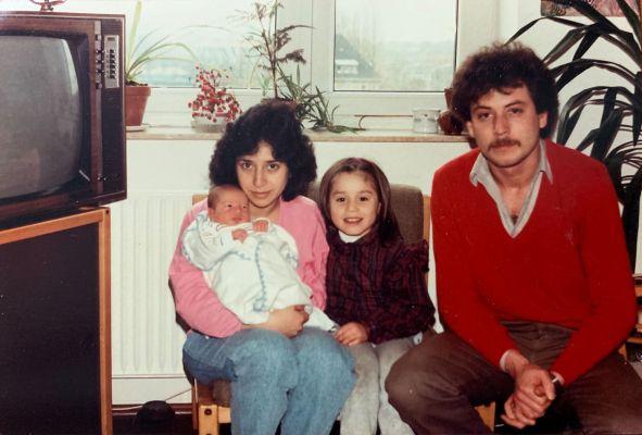 Eine Familie sitz im Wohnzimmer