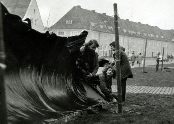 Bei der Protestaktion von 1971 haben Studierende das Gebäude am Sentmaringer Weg eingezäunt. (Foto: Norbert Nowotsch)