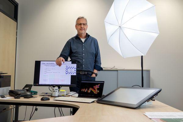 Prof. Dr. Hans Effinger leitet das Labor für Betriebssysteme und arbeitet seit fast 28 Jahren an der FH Münster. Sein Büro ist aktuell bestens für Distance-Learning-Formate ausgestattet. (Foto: FH Münster/Jana Schiller)