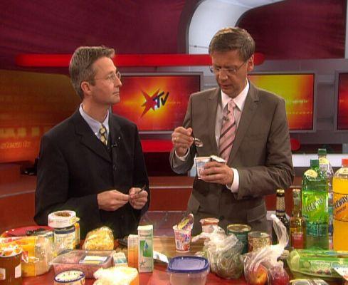 Sind Lebensmittel mit abgelaufenem Mindesthaltbarkeitsdatum noch genießbar? Das testete Prof. Dr. Guido Ritter (l.) 2008 mit Moderator Günther Jauch in der Sendung Stern TV. (Foto: i&u TV)
