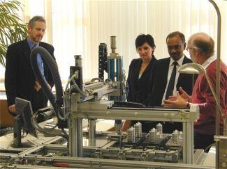 2005 begrüßten Prof. Dr. Rainer Schmidt (r.) und der damalige ETI-Dekan Prof. Dr. Hans Effinger (l.) ihren indischen Gast A. V.S. Murthy von der Bangalore University sowie die damalige Leiterin des International Office Nicole Strate-Speidel im Labor für Steuerungstechnik. (Foto: FH Münster/Pressestelle)