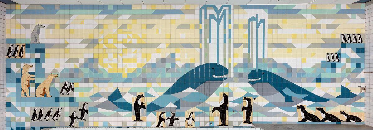 Ein Mosaik aus Fliesen, das zwei Wale, zwei Eisbären und diverse Pinguine zeigt