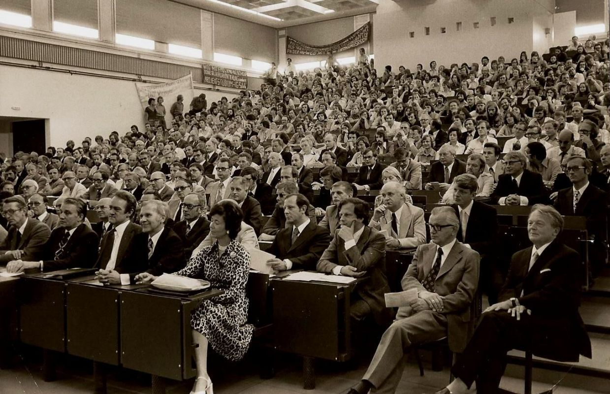 Ein Hörsaal voller Menschen (Foto: Stadtarchiv Steinfurt)