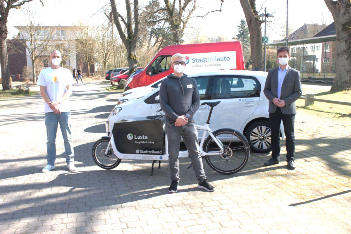 Fototermin am 30. März 2021 zur neuen Kooperation zwischen Stadtteilauto und der FH Münster. Von links: Till Ammann (Stadtteilauto), Alexander Petrick (AStA), Matthias Dieler (FH Münster) (Foto: FH Münster/Frederik Tebbe)