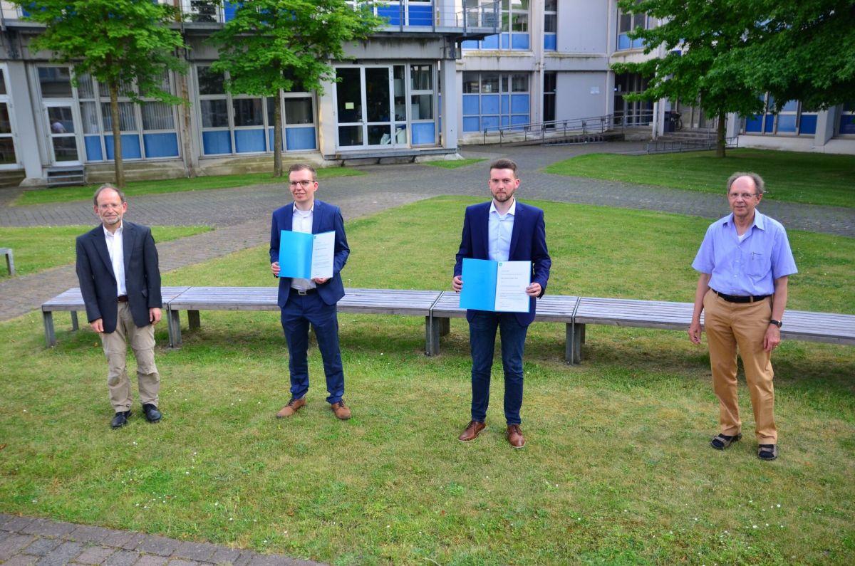 Oliver Levers und Dennis Göcke sind jeweils mit dem VDI-Förderpreis ausgezeichnet worden. Es gratulierten Prof. Dr. Dieter Scholz (im Bild links) und Dr. Lothar Jandel (im Bild rechts). (Foto: FH Münster/Frederik Tebbe)