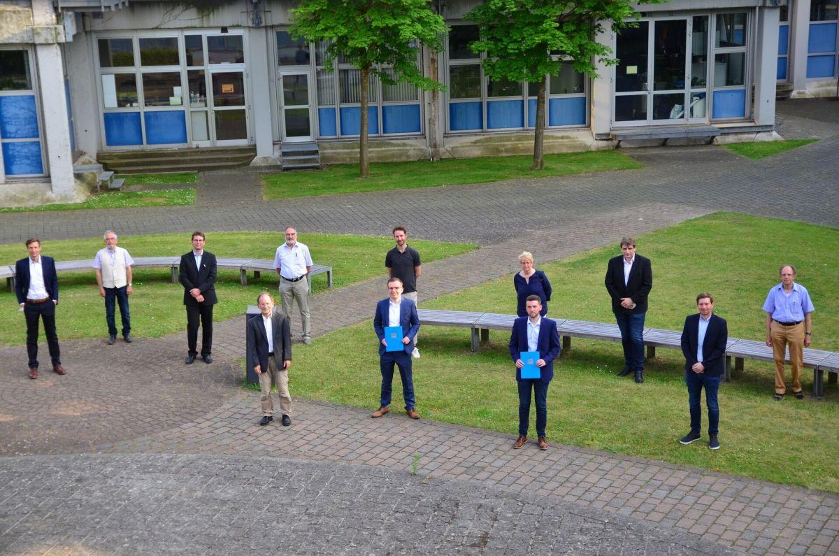 Neben Mitgliedern des VDI gratulierten auch die Prüfer der Arbeiten und Vertreter der Firmen Windmöller und Hölscher sowie Amprion. (Foto: FH Münster/Frederik Tebbe)