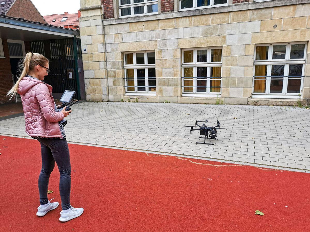 Leonie Temme vom Fachbereich Bauingenieurwesen lässt eine Drohne steigen.