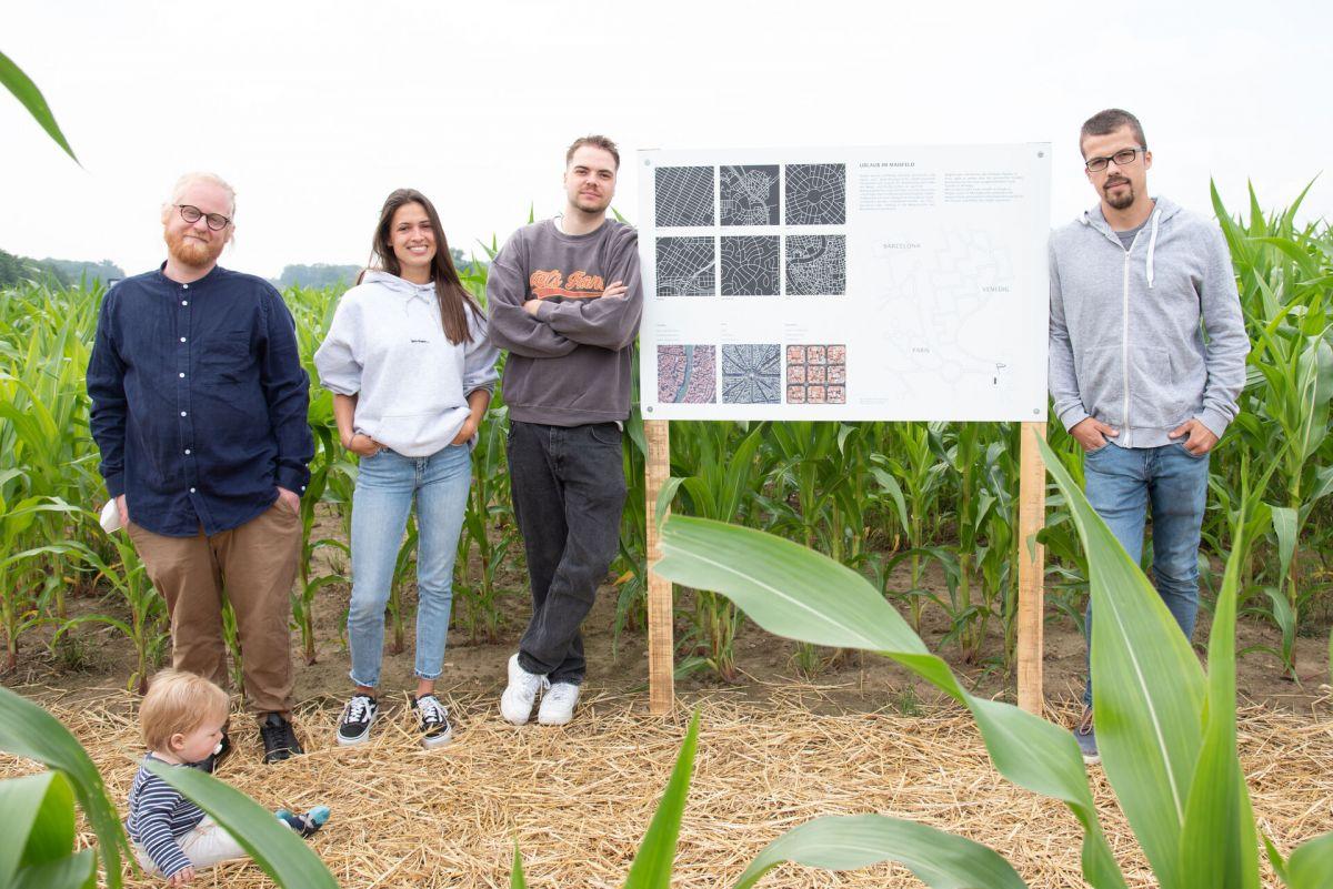 """Den Kurs hat Christian Zilisch, Lehrbeauftragter an der MSA, geleitet. Die Idee von Mira Schneider und Jonas Ritgen für einen """"Urlaub im Maisfeld"""" ist nun erlebbar, dank des Landwirts Hendrik Meier (v. l.). (Foto: FH Münster/Anne Holtkötter)"""