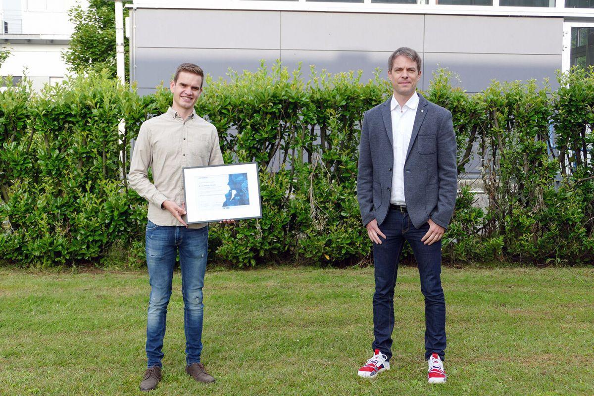 Links: Preisträger Philipp Stockel; rechts: Prof. Kappen.