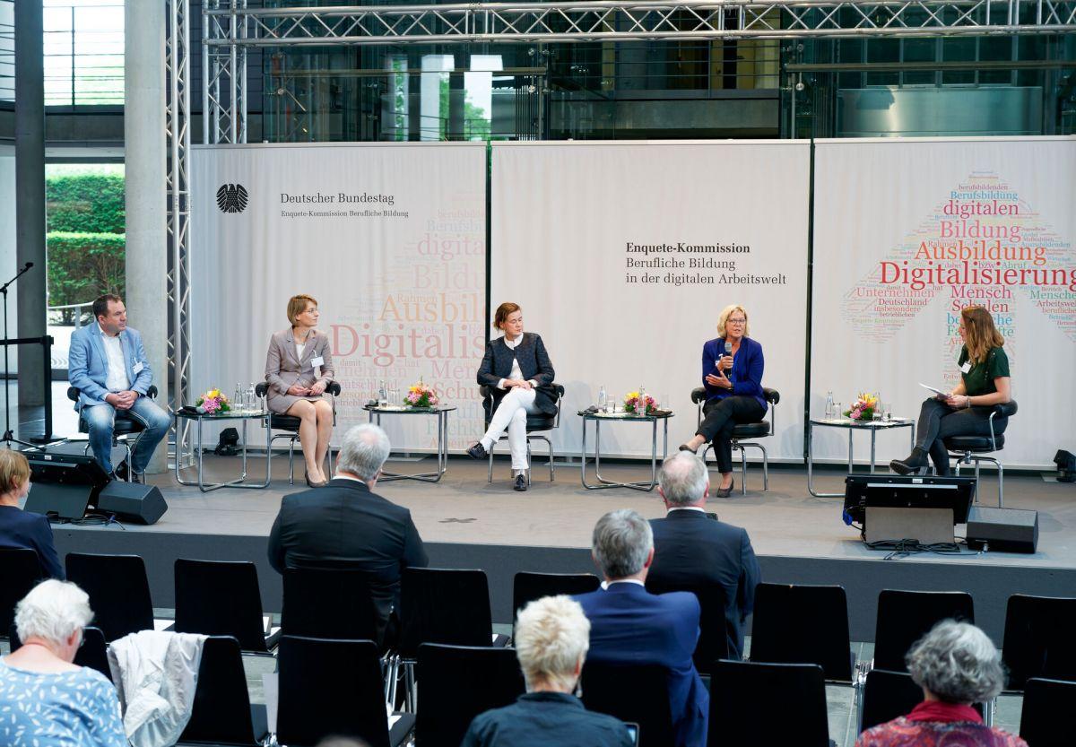 Prof. Dr. Ursula Bylinski bei der Vorstellung des Abschlussberichts im Bundestag (2. v. r.). (Foto: Deutscher Bundestag/Henning Schacht)