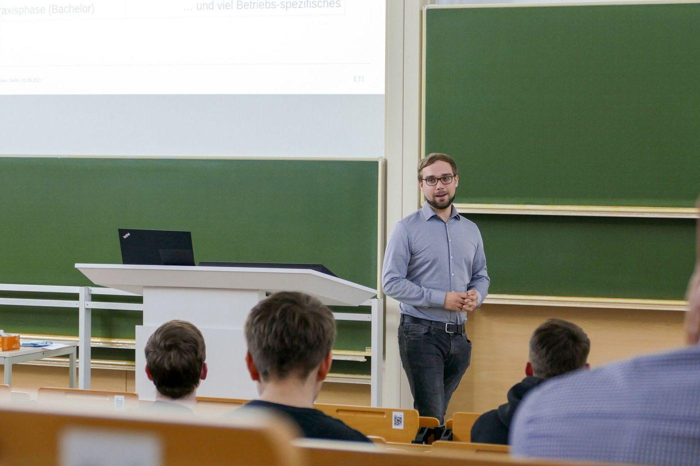 Informatikstudent Sebastian Staffa steht im Hörsaal und berichtete neuen dual Studierenden von seinen Erfahrungen im Studium.  (Foto: FH Münster/Jana Schiller )