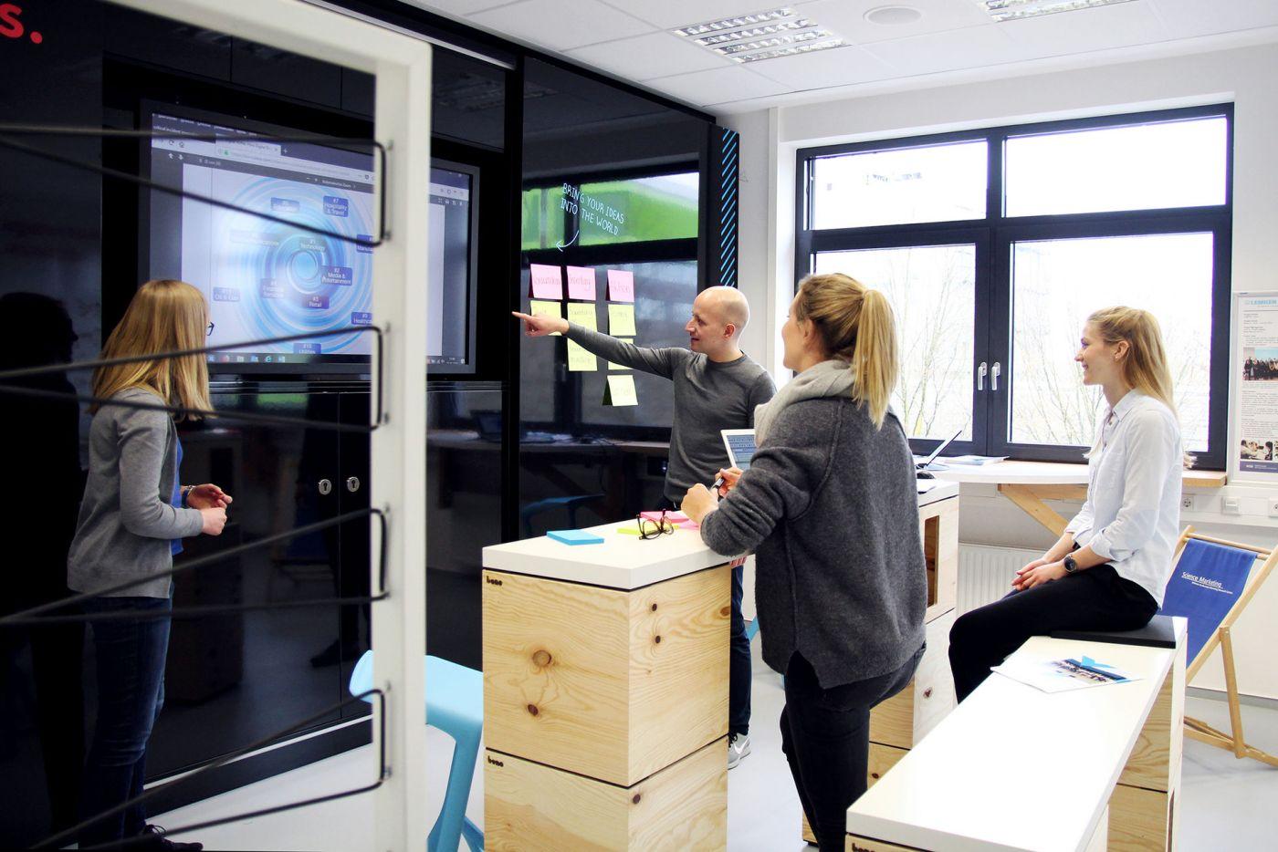 Studierende arbeiten im Co.Creation.Lab (Foto: FH Münster/Susanne Lüdeling)