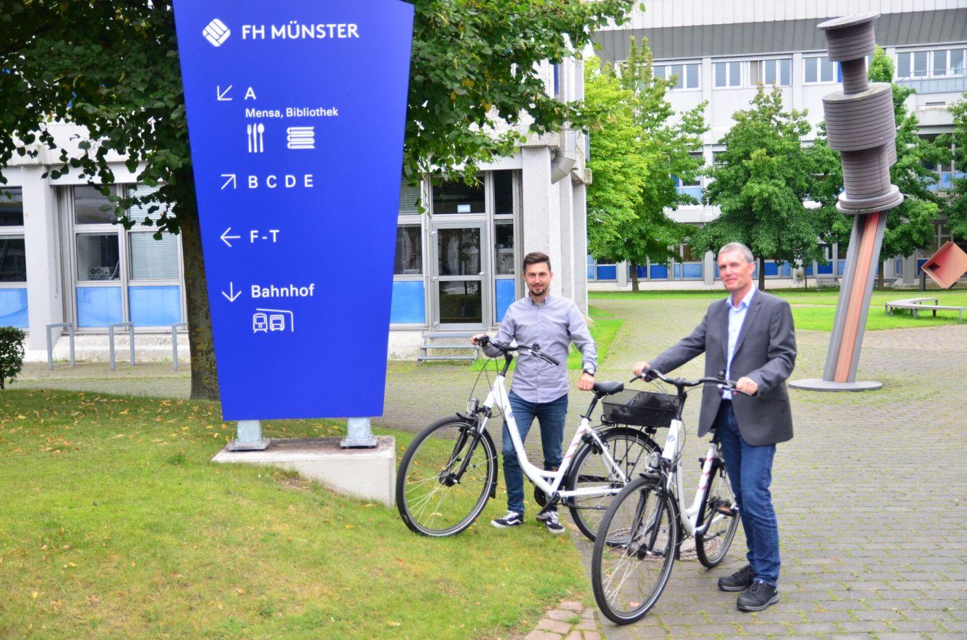 Stefan Thomas Fiekers und André Müller haben im Dezernat Gebäudemanagement der FH Münster am Mobilitätskonzept für den Campus Steinfurt mitgearbeitet.  (Foto: FH Münster/Frederik Tebbe)