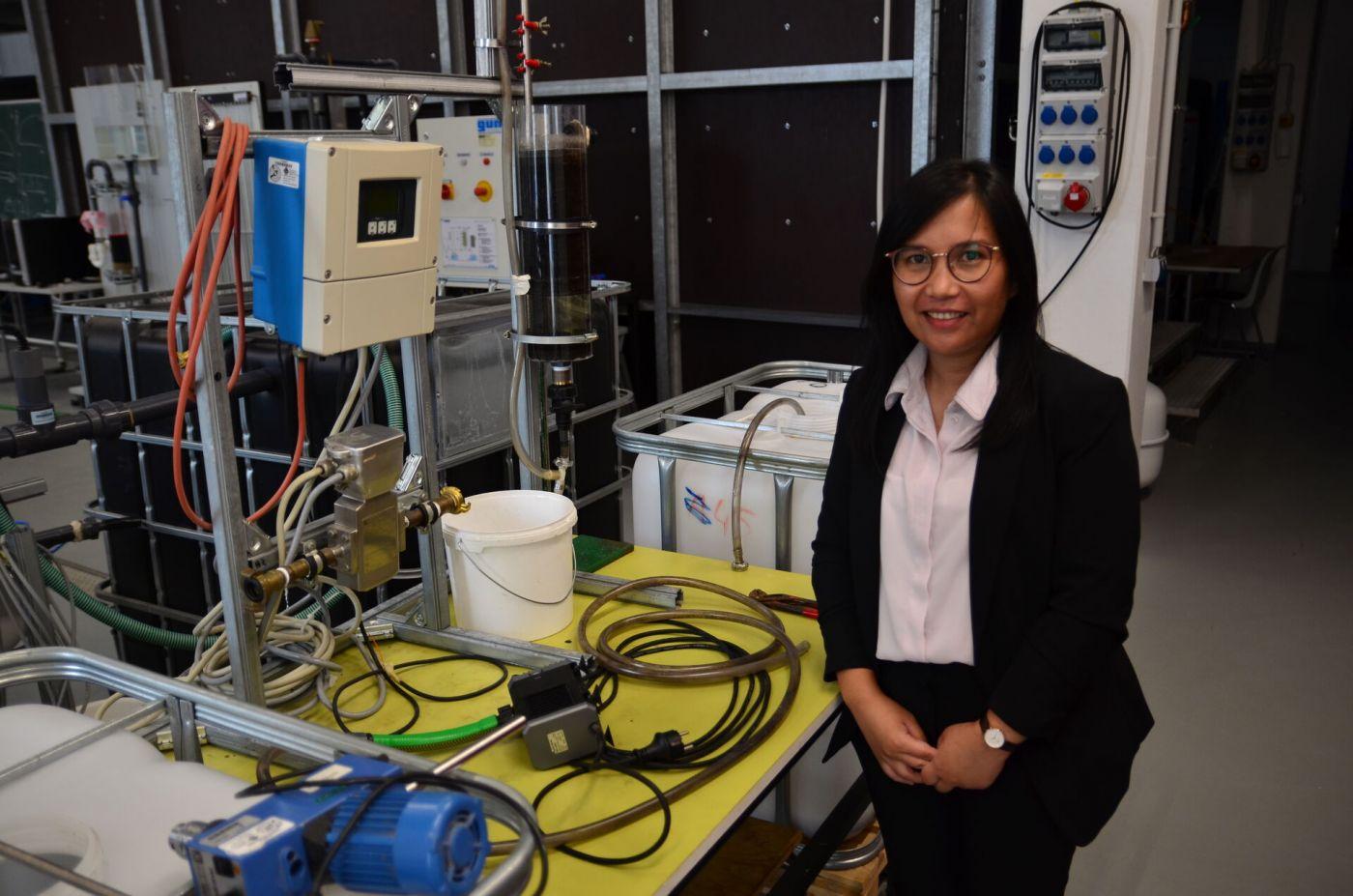 Rizkita Pinem bei ihrem Bachelor-Kolloquium im Technikum für Hydraulik und Stadthydrologie in Steinfurt am 26.08.2021. (Foto: FH Münster/Frederik Tebbe)