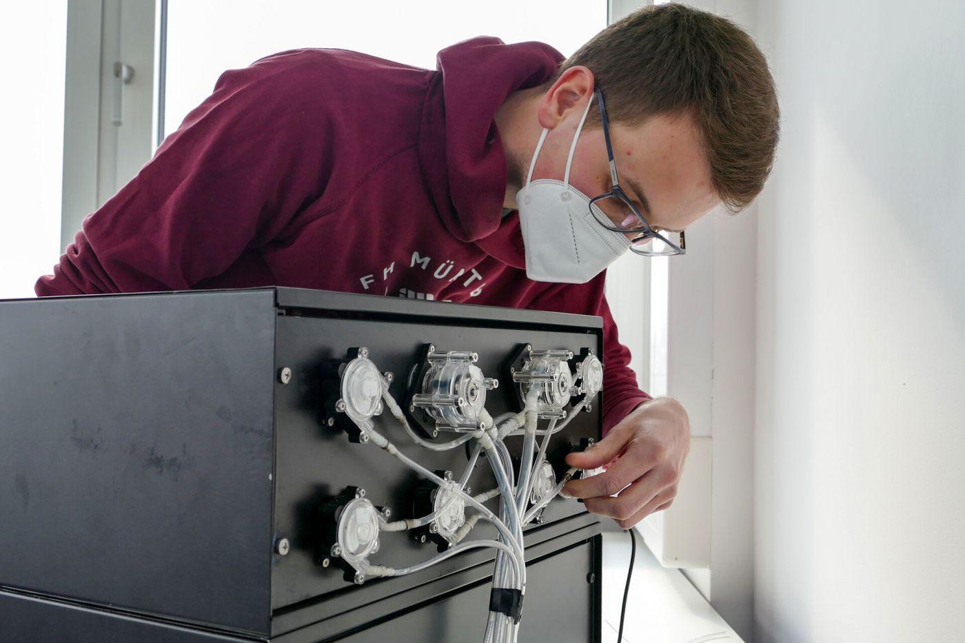 Über ein Pumpsystem auf der Rückseite kann die Cocktailmaschine auf bis zu acht unterschiedliche Zutaten zugreifen. (Foto: FH Münster/Jana Schiller)