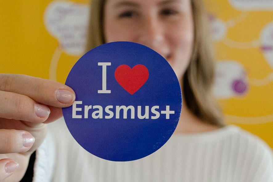 Frau hält I-love-Erasmus-Aufkleber in die Kamera (Foto: Katharina Kipp)