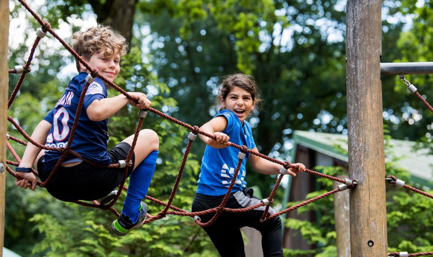 Zwei Kinder spielen auf einem Klettergerüst (Foto: LSB NRW/Andrea Bowinkelmann)