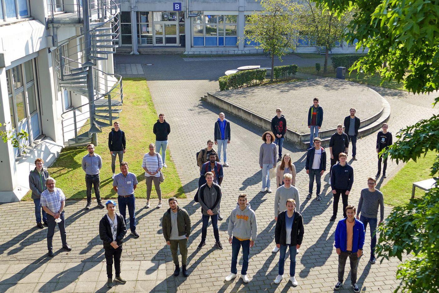 21 Studierende stehen draußen und mit Abstand auf dem Steinfurter Campus  (Foto: FH Münster/Jana Schiller )