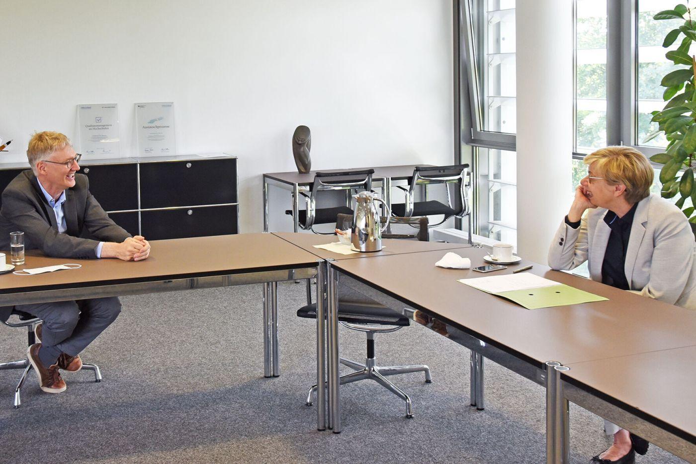 Mit Abstand aber trotzdem herzlich: FH-Präsidentin Prof. Dr. Ute von Lojewski gratulierte Prof. Dr. Hugo Mennemann vom Fachbereich Sozialwesen zum 25-jährigen Dienstjubiläum. (Foto: FH Münster/Stefanie Gosejohann)