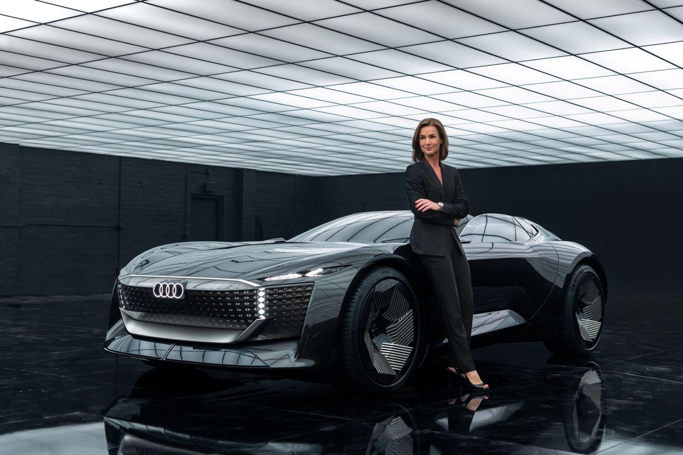 Hildegard Wortmann steht in einer Halle und lehnt an einem Wagen von AUDI (Foto: AUDI AG)