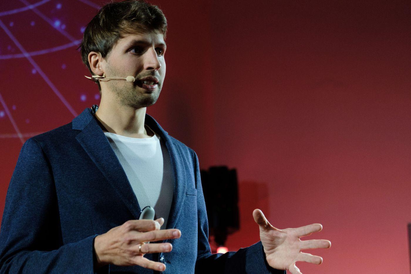 Dr. Sven Köppel hält einen Vortrag.
