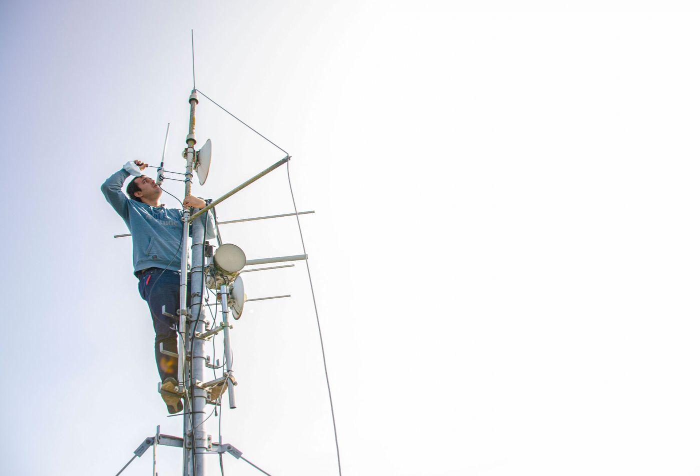 Montage auf dem Campusdach: Ingenieur Steffen Wermers bringt die LoRaWAN-Antenne an. Mit ihr können im Internet of Things/Internet der Dinge Daten bis in den Landkreis Steinfurt hinein gesendet werden.  (Foto: FH Münster/Frederik Tebbe)